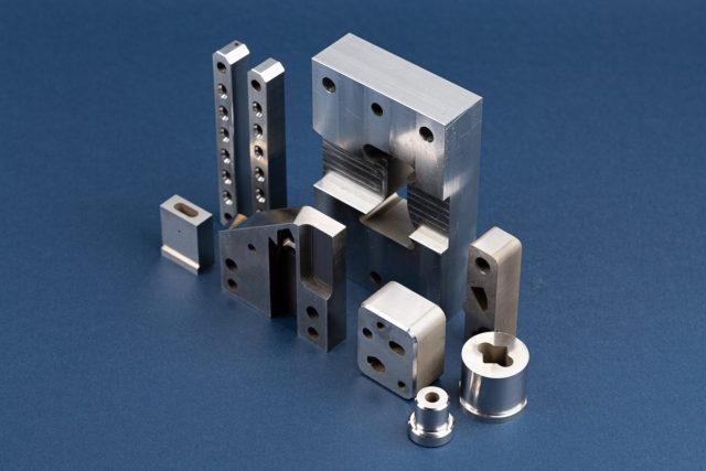 Elektrodrążenie wgłębne i drutowe – jak powstają detale z twardych i trudnoskrawalnych materiałów